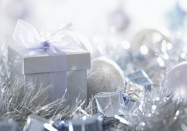 Spread the love this New Year's by giving gifts to your family. Photo Credit: http://www.zastavki.com/pictures