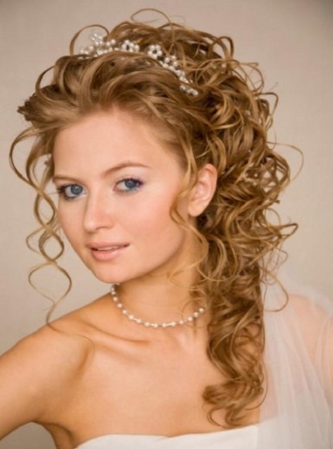Вечерняя прическа на волнистые волосы фото