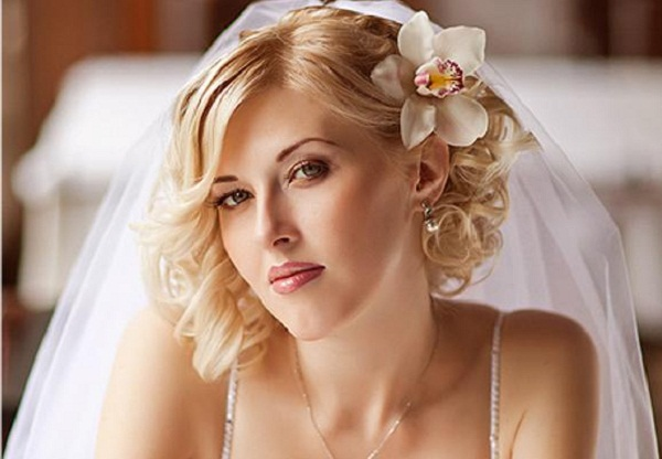 With Just Simple Flower Hair Accessory Plus Veil With This Hairstyle